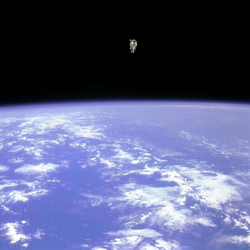 [Image: space_walk_astronouts_earth_2.jpg]